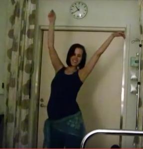 Marinkan synnytystanssia Jorvin sairaalassa puolivälissä synnytystä